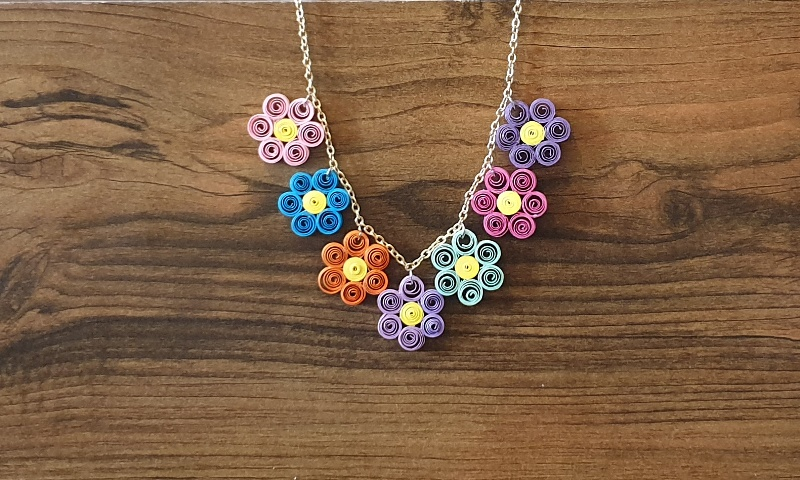 گردنبند گلهای رنگارنگ با ملیله کاغذی